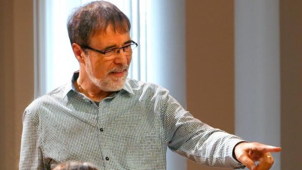 Hans-Peter Blaser hat einen Abschluss in Musiktheorie und Komposition sowie als Blasorchester-Dirigent.