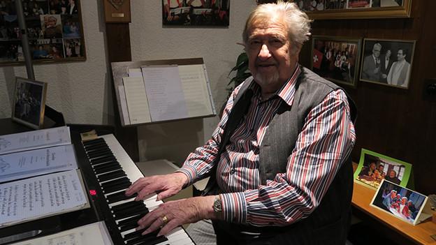 Ein Mann sitzt am Piano.