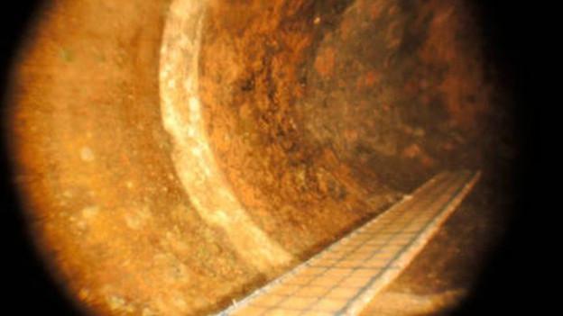 Korrosion im Stimmzug einer Tuba. Zu sehen ist jene Stelle, an welcher Rohr und Bogen zusammengelötet sind.