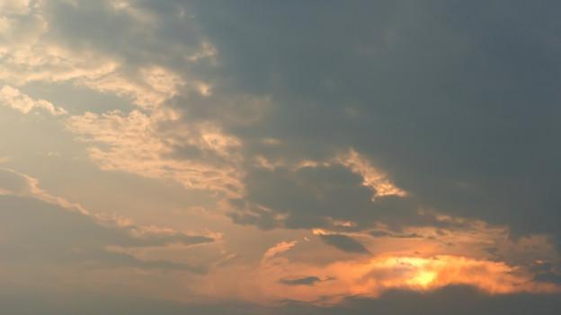 Wolken und Sonne am Himmel.