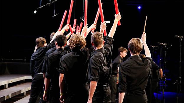 Junge Chorsänger während eines Auftritts.
