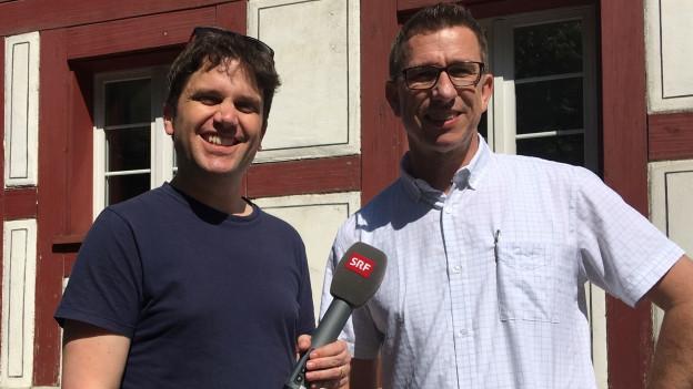 Christoph Bangerter (rechts) erläutert Roman Portmann die Idee des Kompositionswettbewerbes.