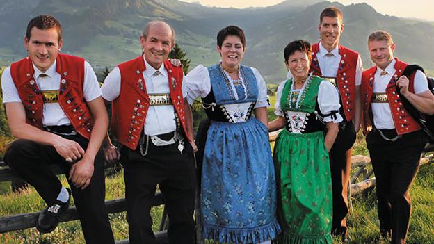 Eine Jodlergruppe mit vier Männern und zwei Frauen in Appenzeller Trachten.