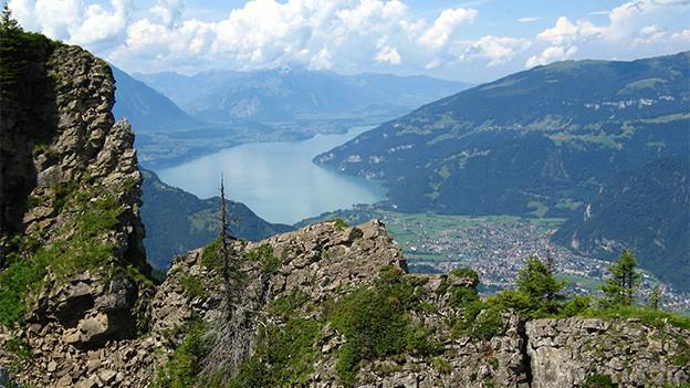 Bergblick auf einen See.