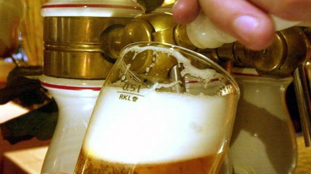 Bier wird ausgeschenkt.