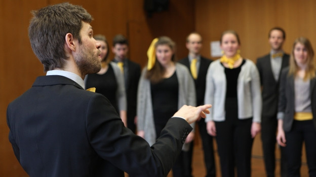 Dirigent vor Chor.