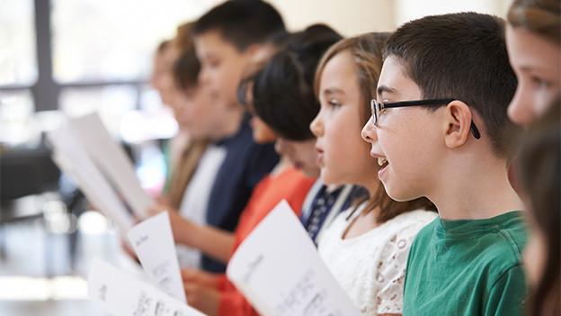 Schülerinnen und Schüler im Singunterricht.