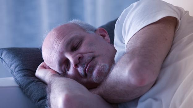 Mann schläft.