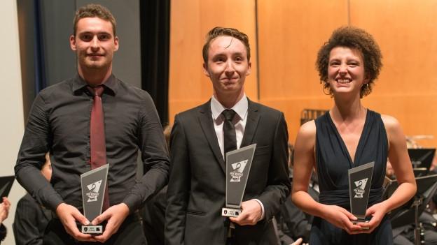 Das Siegerfoto des «Prix Musique» 2018 (v.l.n.r.): Lionel Fumeaux (Rang 2/Vétroz VS/Bassposaune), Gabriel Pernet (Sieger/Bex VD/Klarinette), Anaïs Hess (Rang 3/Villaz-Saint-Pierre FR/Querflöte).