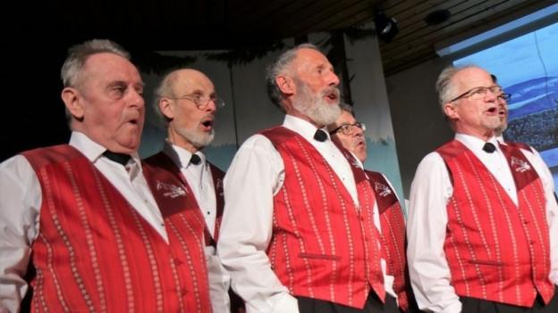 Männer in Trachten an Konzert.