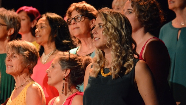 Sängerinnen eines Chors bei einem Konzert.