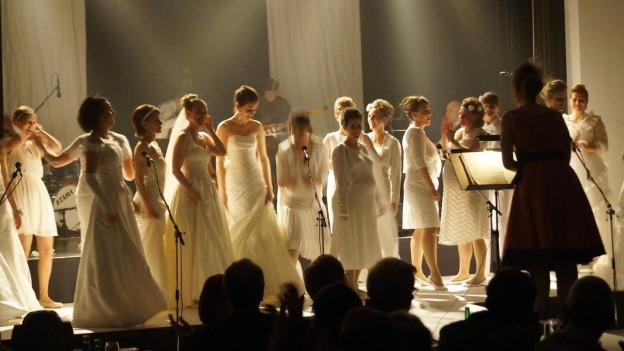 Damenchor während Auftritt.
