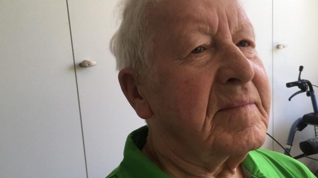 Senior in grünem Hemd in Altersheim.