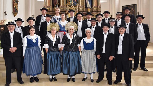 Gruppenbild mit Sängerinnen und Sängern eines Jodlerklubs.