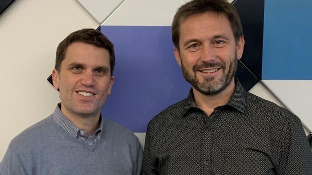 Der musikalische Leiter der Gallus Musikanten Alois Gmür (rechts) zu Gast im Studio der SRF Musikwelle bei Roman Portmann.