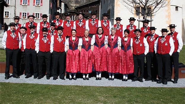 Gruppenbild mit Frauen und Männern in Walliser Trachten.