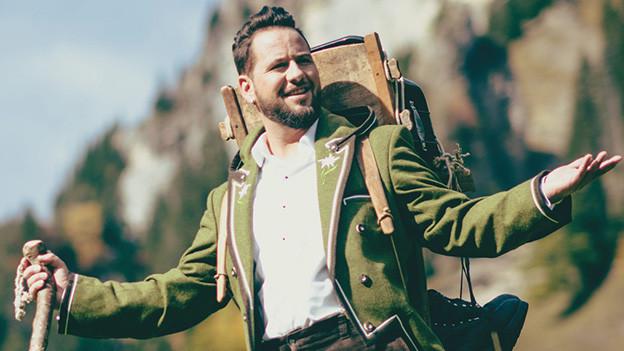 Eine Mann mit Rucksack in den Bergen.