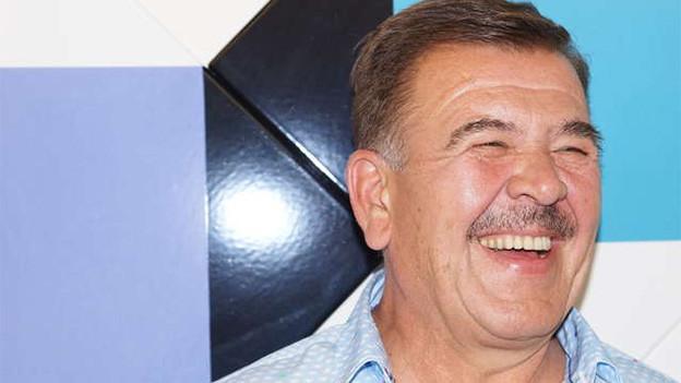 Ein lachender Mann.