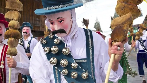 Eine Fasnachtsfigur mit einem Schellengurt.