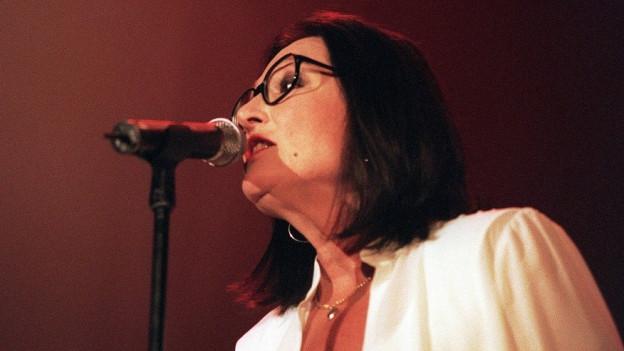Nana Mouskouri singt.
