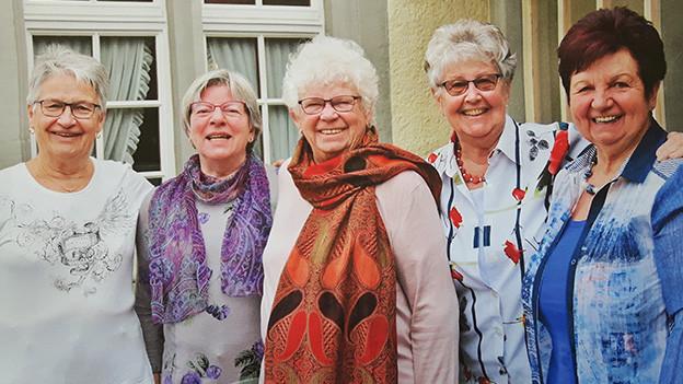 Gruppenbild mit fünf älteren Frauen.
