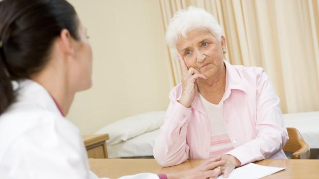 Ärztin im Gespräch mit Patientin.