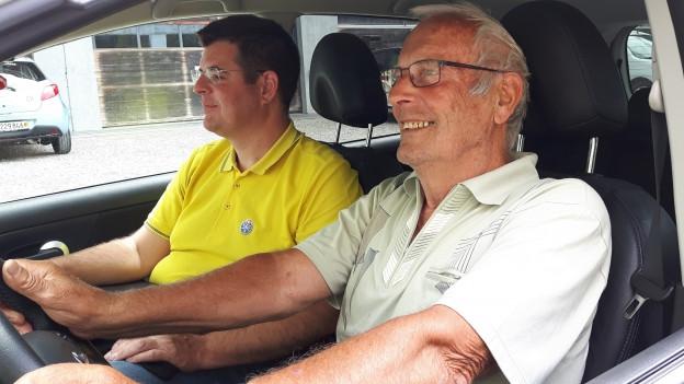 Fahrlehrer Stefan Plüss und Senior Hans sitzen im Auto.