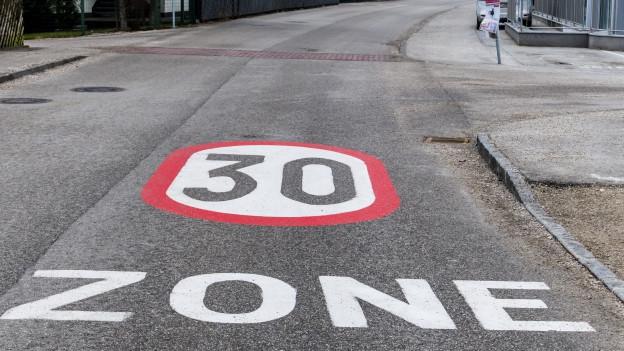 Zone 30 steht gross auf der Strasse.