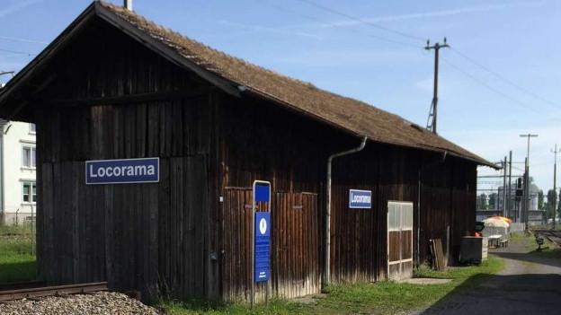 Bahnhofhäusschen angeschrieben mit Haltestelle «Locorama»