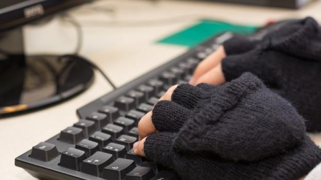 Computertastatur mit Händen.