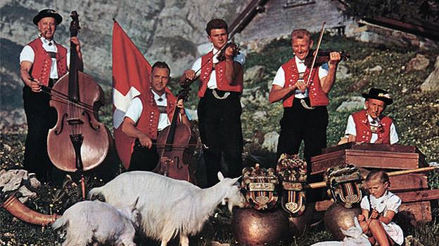 Eine Appenzeller Volksmusikformation vor einer Alphütte.
