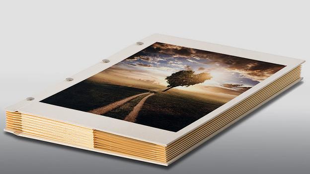 Ein als Buch gestaltete Sammelmappe.