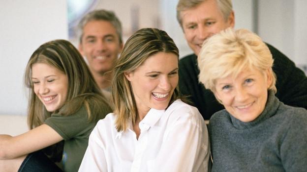 Menschen verschiedener Generationen sitzen beieinander.