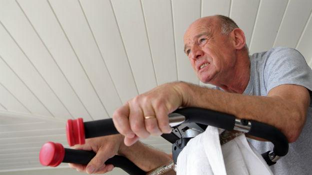 Mann schwitzt im Fitnesscenter.