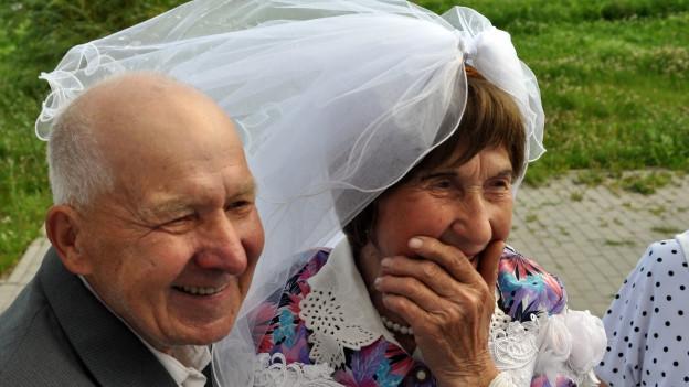 Ein Seniorenpaar das heiratet.