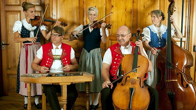 Eine Formation mit Geige, Cello, Kontrabass und Hackbrett.