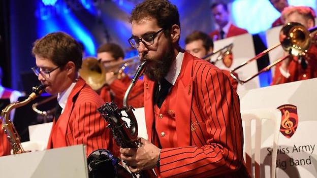 Blasmusiker in roten Uniformen.