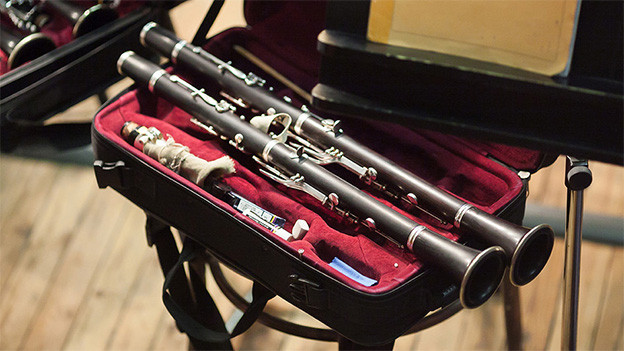 Zwei offene Koffer mit Klarinetten.