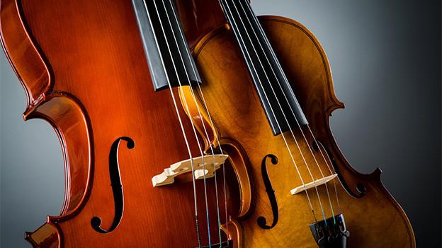 Grossaufnahme von einer Bratsche und einer Violine.