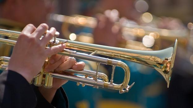 Eine Person spielt Trompete.