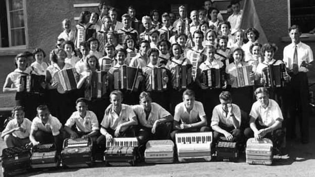 Schwarz-Weiss-Fotografie von einer grossen GrupDer Handharmonika Club Zürich-Albisrieden, kurz HCZA genannt, wurde 1937 gegründet.pe Handharmonika-Spielern und -Spielerinnen.