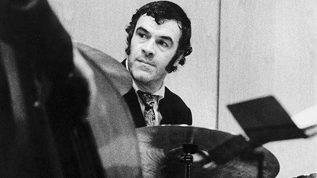 Schwarz-Weiss-Fotografie von einem Schlagzeuger.
