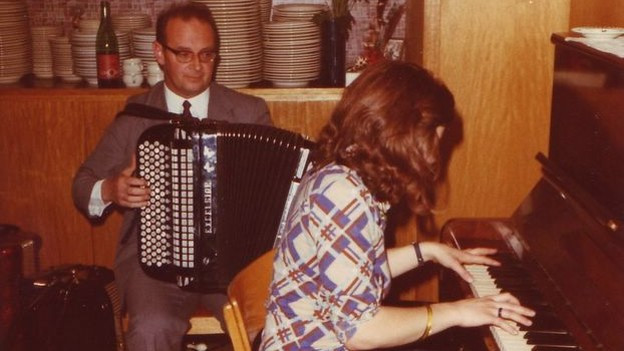 Guido Minicus mit seiner Tochter Helen am Klavier.
