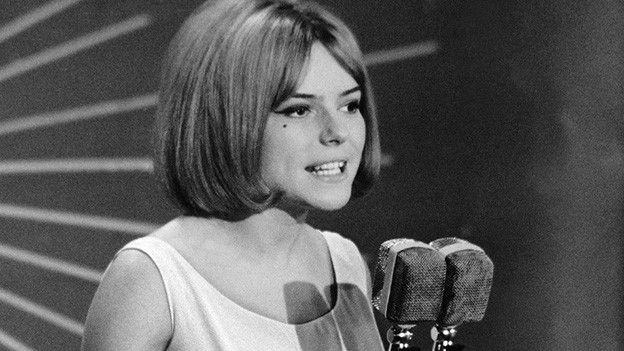 Schwarz-Weiss-Fotografie von einer jungen Sängerin mit Pagenfrisur.