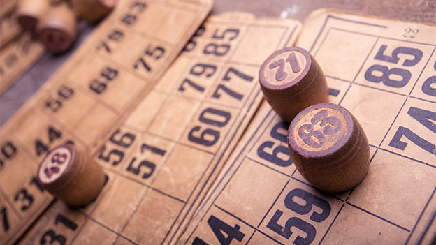 Karten und runde Holzstücke mit Zahlen.