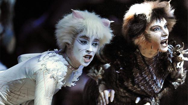 Zwei als Katzen geschminkte Schauspielende.