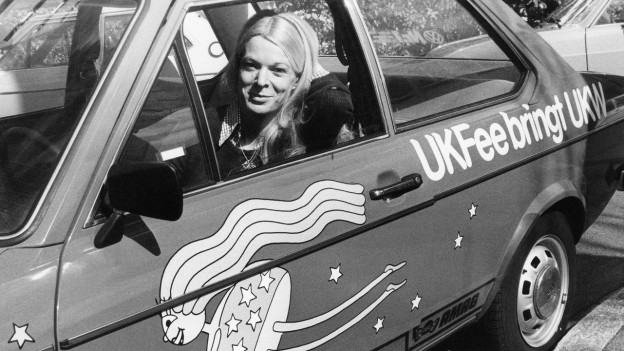 Birgit Steinegger sitzt in ihrem UKFee-Auto.