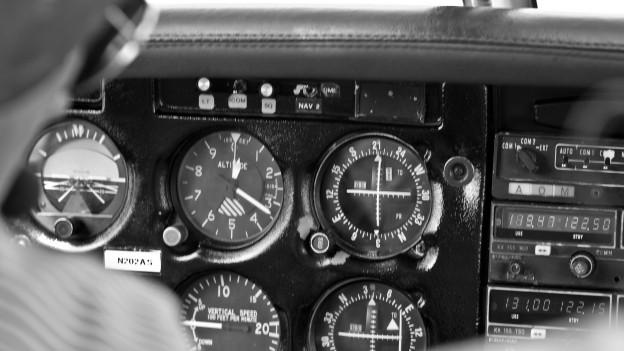 Cockpit in schwarzweiss-Aufnahme.