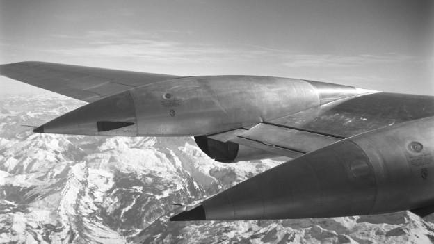 Flügel einer Swissair hoch oben über den Alpen.