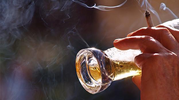In der Luft schwebt Zigarettenrauch.